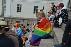 Helsingfors stolthet 2019 - unga deltagare med regnbågeflaggor på domkyrkamoment fotografering för bildbyråer