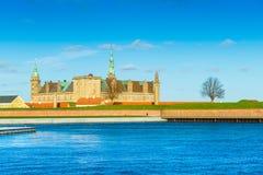 Helsingo Danmark: Sikt av den Kronborg slotten också som är bekant som Elsinore arkivfoto