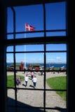 Helsingor Danmark - Juli 19, 2016: Sikt från fönstret av den Kronborg slotten av Hamlet i Danmark royaltyfria foton