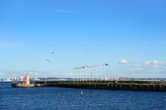 Helsingor, Denemarken - Juli 19, 2016: Vuurtoren en vlaggen van Europese landen in de zeehaven tussen Helsingor en Helsingborg Stock Foto's