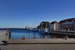 Helsingor, Dinamarca - 19 de julho de 2016: Os povos dos veraneantes aproximam o porto em Helsingor Foto de Stock
