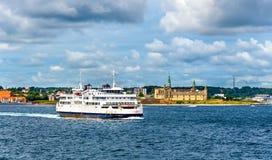 Helsingor - Helsingborg färja och slotten av Kronborg - Danmark Royaltyfria Foton