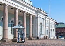 helsinki Финляндия Солдат предохранителя около караульного помещения Стоковая Фотография