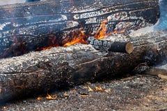 Helsinki, Finland - April 1, 2018: Brandend logboek bij Haltiala-landbouwbedrijf op familiedag voor het roosteren van worsten royalty-vrije stock foto's