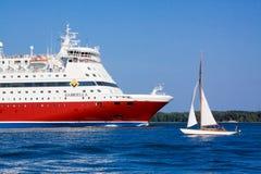 HELSINKI, FINLAND-AUGUST 03: Viking linii prom żegluje od portu Helsinki, Finlandia Sierpień 03 2013.Paromy Viking linia regu Zdjęcie Royalty Free