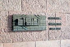helsinki finland Brons lättnad nära den huvudsakliga ingången till den centrala järnvägsstationen arkivfoton