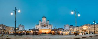 Helsinki, Finland De markt op Senaatsvierkant met Vakantiecarrousel en Beroemd Oriëntatiepunt is Lutheran Kathedraal in de Winter royalty-vrije stock afbeeldingen