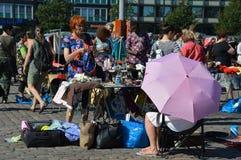 Helsinki, Finland - de Straatventers en de klanten verzamelden zich in openluchtfleamarket Stock Foto's