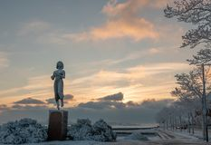 HELSINKI, FINLAND - Januari 08, 2015: Het Rauhanpatsas-Standbeeld van Vrede in Helsinki, Finland in de winter stock afbeelding