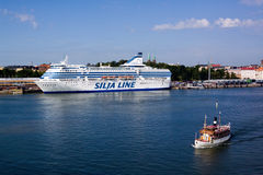HELSINKI, FINLAND-JUNE 26: Promu Silja linia cumuje przy cumowaniem w mieście Helsinki Obraz Stock
