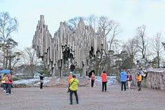 helsinki finland Les gens près du monument de Sibelius photo stock
