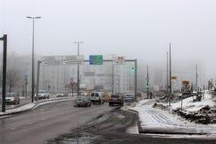 Helsinki, Finland, Maart 2012 Weergeven van de straat met zwaar verkeer dichtbij de zeehaven stock fotografie