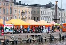helsinki finland Mensen in koffie op het Marktvierkant stock foto