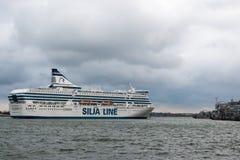HELSINKI, FINLAND - OKTOBER 25: de veerboot Silja Line komt aan de haven van Helsinki, Finland 25 OKTOBER 2016 aan Royalty-vrije Stock Afbeeldingen