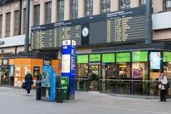 HELSINKI, FINLAND - OKTOBER 25: station van de stad van Helsinki, FINLAND 25 OKTOBER 2016 In de spoorwegmededeling van Finland Stock Afbeeldingen