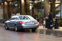 : HELSINKI, FINLAND - OKTOBER 25: taxi op straten van Helsinki, FINLAND - OKTOBER 25 2016 In Finland genieten de taxidiensten van Royalty-vrije Stock Foto's