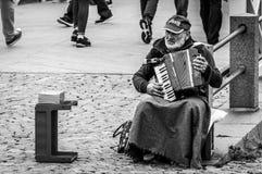 Helsinki, Finland - 4 September 2018: De onbekende slechte straatmusicus speelt de harmonika op de straat royalty-vrije stock foto