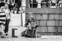Helsinki, Finland - 4 September 2018: De onbekende slechte straatmusicus speelt de harmonika op de straat stock foto's