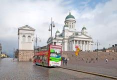 helsinki finland Staden turnerar bussen på senatfyrkanten Royaltyfri Bild