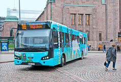 helsinki finland Zoobus på den järnväg fyrkanten Royaltyfri Fotografi