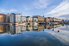 Helsinki, Finlande Bateaux au pilier sur le fond de la vieille ville dans le calme complet photo stock