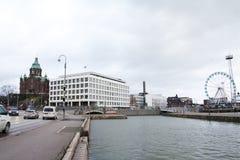 Helsinki, Finlande - 21 décembre 2015 : La cathédrale et les ferris orthodoxes roulent dedans le port de Helsinki Photographie stock libre de droits