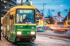Helsinki, Finlande Le tram public avec le nombre de l'itinéraire 10 s'écarte d'un arrêt sur l'avenue de Mannerheim à Helsinki Image stock