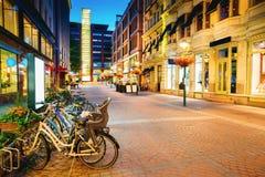 Helsinki, Finlande Les bicyclettes se sont garées près des devanture de magasin dans la rue de Kluuvikatu image libre de droits