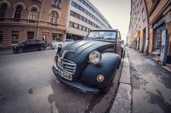 Helsinki, Finlande - 16 mai 2016 : Vieux noir Citroen 2CV de voiture lentille de fisheye de perspective de déformation images stock