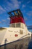 Helsinki, Finlande - 3 septembre 2014 Fragment d'un paquebot blanc avec un tuyau rouge Beaucoup de bateaux viennent aux ports des image libre de droits