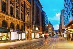 Helsinki, Finlande Vue de nuit de rue d'Aleksanterinkatu dans le secteur de Kluuvi dans la soirée Images stock