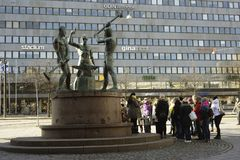 HELSINKI, FINLANDIA †'MARZEC 19, 2016: Trzy kowali statua jest fotografia royalty free