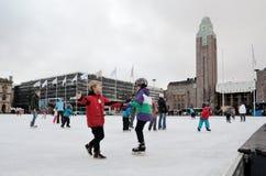 HELSINKI, FINLANDIA � LISTOPAD 25: łyżwiarski lodowisko w centrum miasta Obrazy Stock