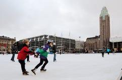HELSINKI, FINLANDIA � LISTOPAD 25: łyżwiarski lodowisko w centrum miasta Obrazy Royalty Free
