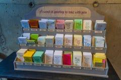 HELSINKI, FINLANDIA - 25 DE AGOSTO DE 2016: Prospectos en las diversas idiomas que contienen citas en la iglesia de Temppeliaukio imágenes de archivo libres de regalías