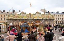 Helsinki, Finlandia 21 de diciembre de 2015 - carrusel tradicional en el mercado de la Navidad Imagenes de archivo