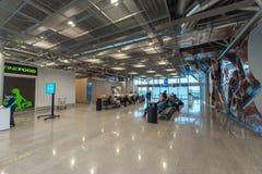 HELSINKI, FINLANDIA - 24 DE ENERO DE 2017: Aeropuerto y salida Pasillo de Helsinki Vantaa Imagen de archivo libre de regalías