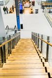 Helsinki, Finlandia - 15 de enero de 2018: interior del aeropuerto de Vanta con una escalera de madera que lleva abajo al café Imágenes de archivo libres de regalías