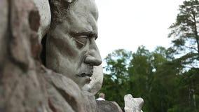 HELSINKI, FINLANDIA - 19 DE JUNIO DE 2018: Artista Eila Hiltunen, 1967 del monumento de Sibelius dedicados al compositor finlandé almacen de video