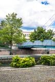 HELSINKI, FINLANDIA - 12 DE JUNIO DE 2016: El peatón cable-permanecía el puente a través del canal de río en área residencial Imagen de archivo