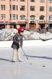 HELSINKI, FINLANDIA 29 DE MARZO DE 2014: Patín de los niños en un hielo al aire libre Fotos de archivo
