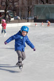 HELSINKI, FINLANDIA 29 DE MARZO DE 2014: Patín de los niños en un hielo al aire libre Fotografía de archivo libre de regalías