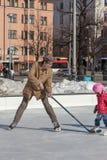HELSINKI, FINLANDIA 29 DE MARZO DE 2014: Patín de los niños en un hielo al aire libre Imagenes de archivo