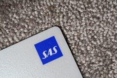 Helsinki, Finlandia - 25 de marzo de 2019: Tiro ascendente cercano de la tarjeta de la prima del SAS y especialmente del logotipo imagen de archivo libre de regalías