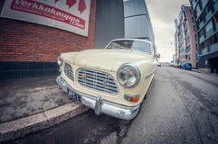Helsinki, Finlandia - 16 de mayo de 2016: Coche blanco viejo de Volvo el Amazonas lente de fisheye de la perspectiva de la distor fotografía de archivo