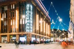 Helsinki, Finlandia Edificio de los grandes almacenes de Stockmann en la calle de Aleksanterinkatu en Navidad de la Navidad de la Fotos de archivo