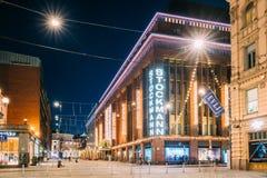 Helsinki, Finlandia Edificio de los grandes almacenes de Stockmann en la calle de Keskuskatu por la tarde Imagen de archivo