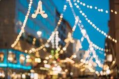 Helsinki, Finlandia El Año Nuevo Boke enciende la iluminación festiva de la Navidad de Navidad en la calle de Aleksanterinkatu tr Fotos de archivo libres de regalías