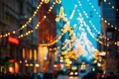 Helsinki, Finlandia El Año Nuevo Boke enciende la iluminación festiva de la Navidad de Navidad en la calle de Aleksanterinkatu tr Foto de archivo