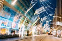 Helsinki, Finlandia Fondo abstracto de la opinión de la noche de la calle de Aleksanterinkatu Fotos de archivo